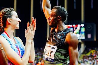 Российская легкоатлетка Мария Ласицкене аплодирует ямайскому спринтеру Усэйну Болту, который победил в стометровке на этапе «Бриллиантовой лиги» в Монако и прощается с публикой навсегда