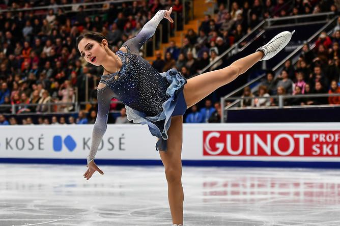 Евгения Медведева (Россия) выступает в короткой программе женского одиночного катания на чемпионате Европы по фигурному катанию в Москве, 18 января 2018 года