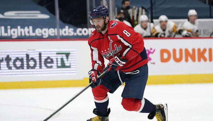 Александр Овечкин бьет Трента Фредерика клюшкой между ног в матче НХЛ «Бостон Брюинз» — «Вашингтон Кэпиталз»