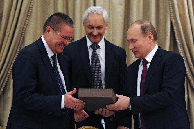 Президент России Владимир Путин поздравляет с днем рождения министра экономического развития России Алексея Улюкаева, 24 марта 2016 года