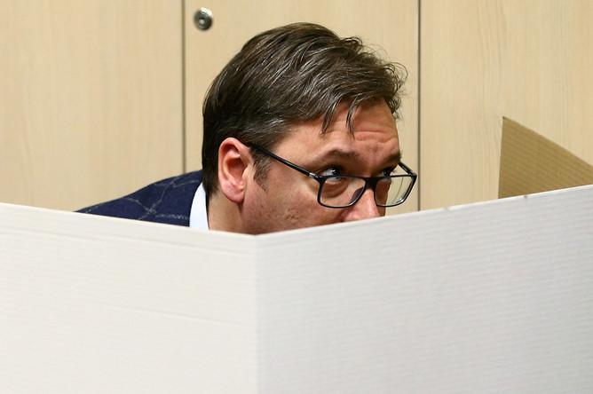 Сербский премьер-министр Александар Вучич во время голосования в Белграде, 2 апреля 2017 года