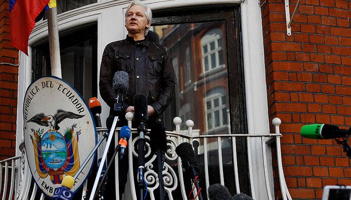 Джулиан Ассанж выступает с балкона посольства Эквадора в Лондоне, 2017 год