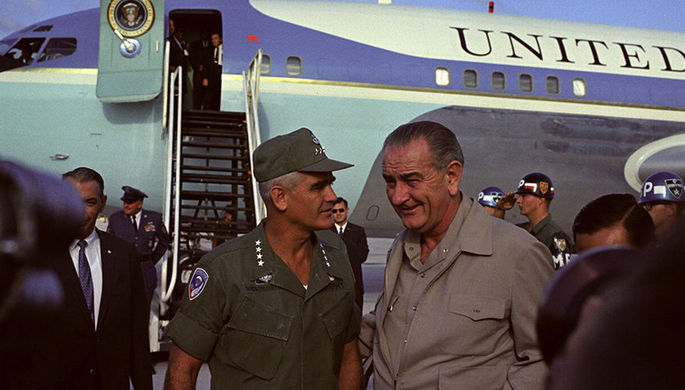 Президент США Линдон Джонсон с генералом Уильямом Уэстморлендом во Вьетнаме, 1967 год