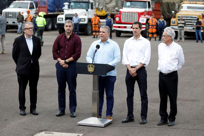 Президент Колумбии Иван Дуке Маркес (в центре), самопровозглашенный президент Венесуэлы Хуан Гуайдо, президент Чили Себастьян Пиньера и президент Парагвая Марио Абдо Бенитес на складе с гуманитарной помощью в городе Кукута на границе Колумбии и Венесуэлы, 23 февраля 2019 года