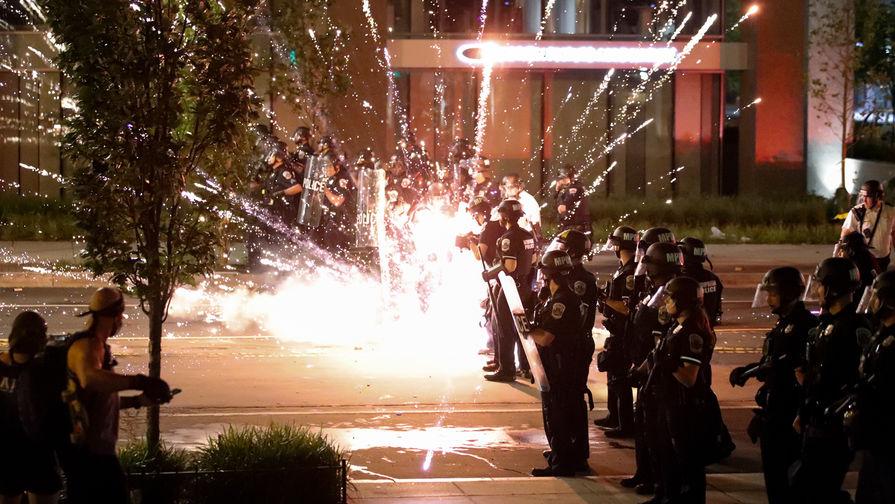 Полиция у Белого дома в Вашингтоне от протестующих, 1 июня 2020 года