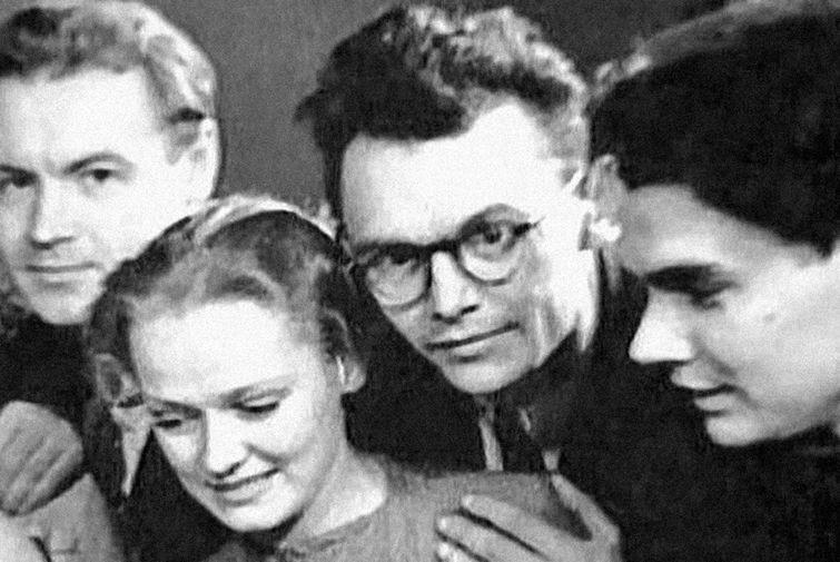 Нина Гребешкова и Леонид Гайдай (в центре)