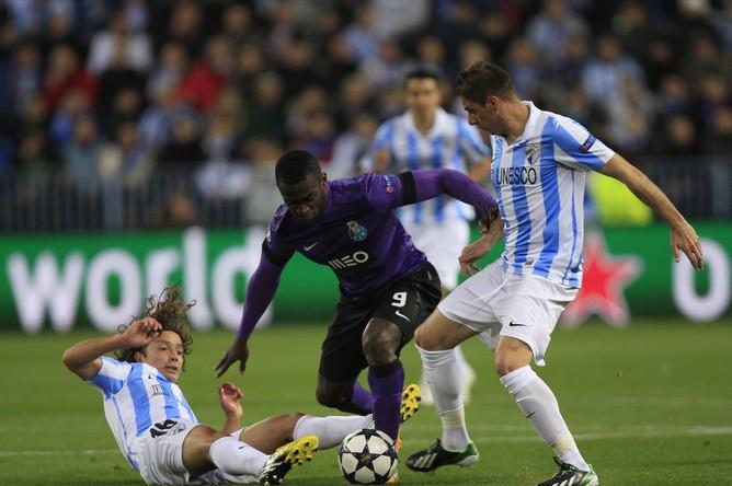 Джексон Мартинес (№9) пытается пробиться между двух игроков «Малаги»