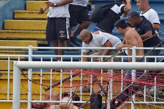 Массовая драка фанатов бразильских клубов «Атлетико Паранаэнсе» и «Васко да Гама» завершилась гибелью двух человек
