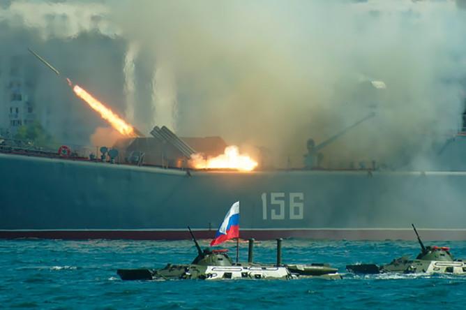 Большой десантный корабль (БДК) Черноморского флота «Ямал» стреляет во время празднования Дня Военно-морского флота России в Севастополе