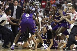 Самая знаменитая драка женского баскетбола в матче между «Лос-Анджелес Спаркс» и «Детройт Шок»