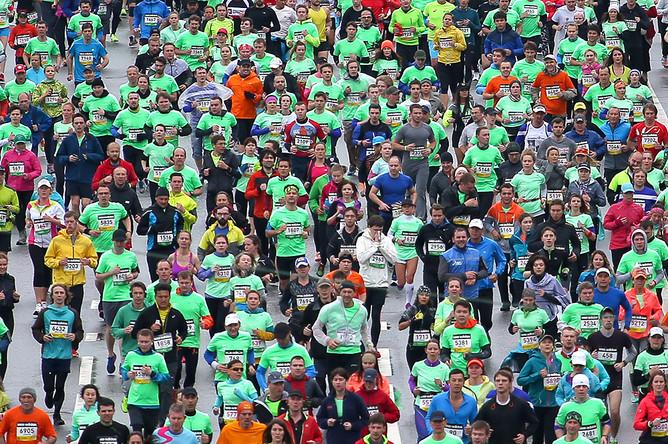 Участники забега на 21,1 км во время полумарафона по набережным столицы