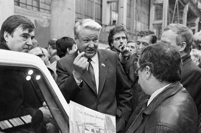 Председатель Верховного Совета РСФСР Борис Ельцин (в центре) беседует с рабочими объединения «Кировский завод», 1 апреля 1991 года