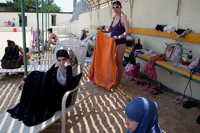 Девушки-мусульманки на женском пляже в Махачкале, 2012 год