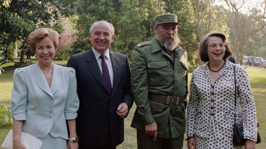 Раиса Горбачева, Михаил Горбачев и Фидель Кастро с супругой во время встречи в резиденции на Кубе, 1989 год