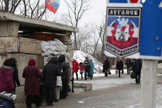 Местные жители на пропускном пункте «Станица Луганская», который является единственным переходом для мирных жителей между территорией, подконтрольной правительству Украины, и ЛНР