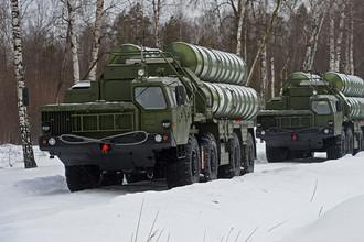 Пусковые установки зенитной ракетной системы С-400 «Триумф» и самоходный зенитный ракетно-пушечный комплекс Панцирь-С1 на марше в Подмосковье, январь 2016 года