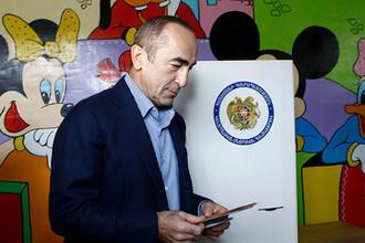 Бывший президент Армении Роберт Кочарян на одном из избирательных участков в Ереване, 2012 год