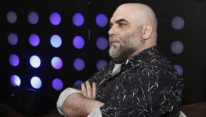 Журналист Орхан Джемаль во время прямого эфира ньюзикла «Господин Хороший» на телеканале...