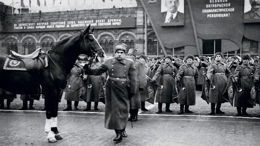 Маршал Советского Союза Л.А. Говоров готовится принимать парад войск Московского гарнизона на Красной площади. 7 ноября 1947 г.