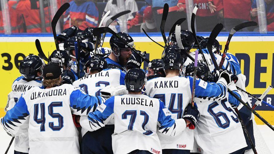 Игроки сборной Финляндии радуются победе в полуфинальном мачте чемпионата мира по хоккею между сборными командами России и Финляндии