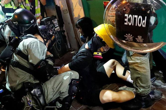 Сотрудники полиции задерживают демонстранта во время акции протеста в Гонконге, 31 августа 2019 года