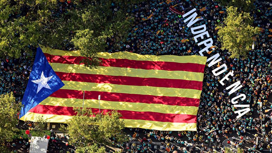 Флаг Каталонии во время митинга в Барселоне, 11 сентября 2019 года