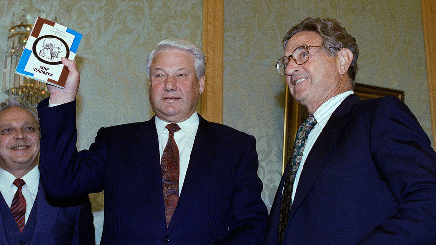 Российский президент Борис Ельцин с книгой, подарком от Джорджа Сороса, во время встречи с американским финансистом в Кремле, 1993 год