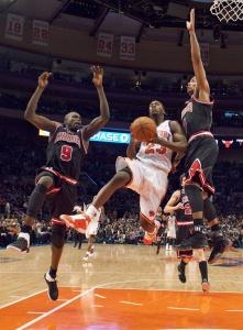 Луол Денг (слева) и Деррик Роуз помогли «Чикаго» разбить «Нью-Йорк»