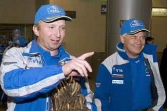 Владимир Чагин (слева) и Семен Якубов во время чествования команды после «Ралли Дакар». Январь 2010 года