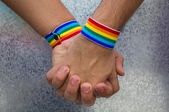 Верховный суд США признал неконституционным положение лишение состоящих в официальном браке гомосексуальных пар льгот, на которые имеют право гетеросексуальные супруги