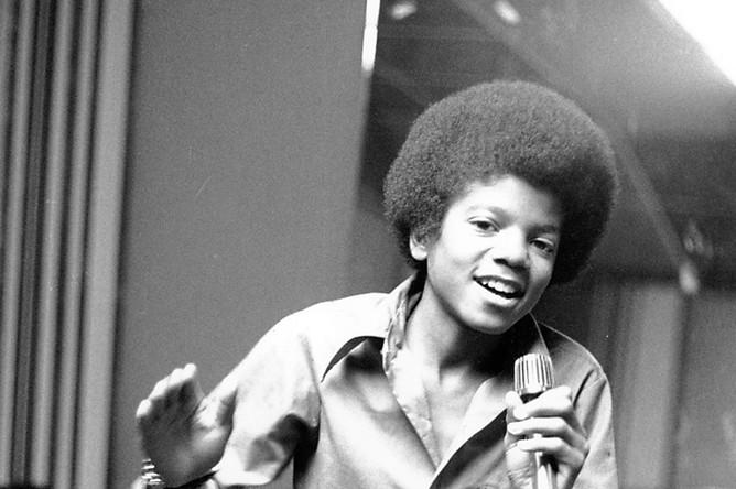 Фото 1972 года, на нем Майклу Джексону 13 лет. Он- самый младший участник семейного коллектива «Jackson Five». В своих мемуарах Джексон благодарит коллектив за старт своей карьеры, но время работы в «пятерке» вспоминает с ужасом.