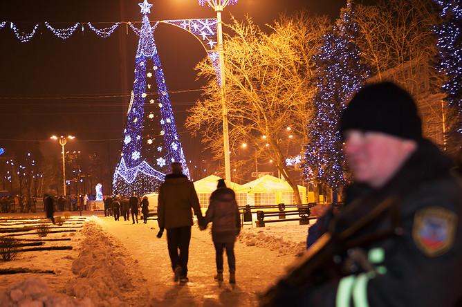 Жители города у новогодней елки в центре города