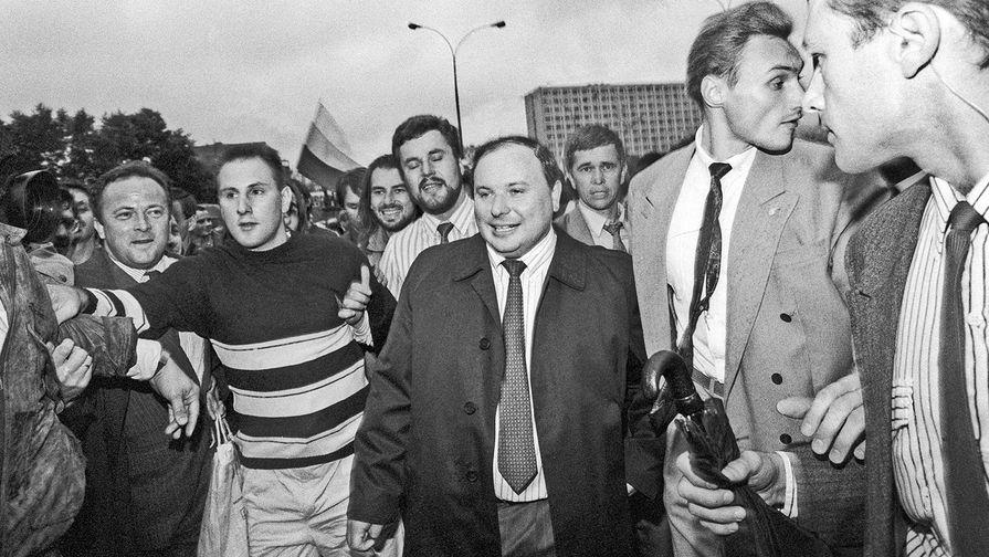 Егор Гайдар среди защитников Белого дома год спустя, в августе 1992 года