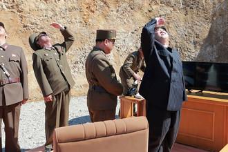 Высший руководитель КНДР Ким Чен Ын во время запуска баллистической ракеты «Хвасон-14». Фотография опубликована агентством ЦТАК 5 июля 2017 года
