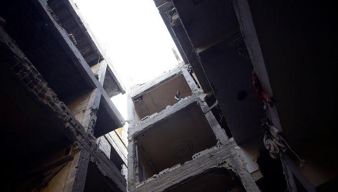 Поврежденное здание в Думе, пригороде сирийского Дамаска, ноябрь 2017 года