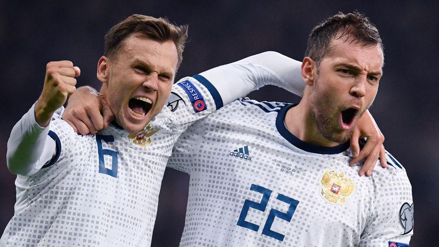Денис Черышев и Артем Дзюба радуются забитому голу в отборочном матче чемпионата Европы по футболу 2020 между сборными Казахстана и России, 2019 год