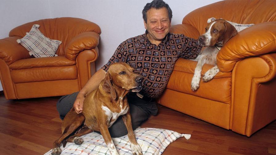 Директор детского тележурнала «Ералаш» Борис Грачевский дома со своими собаками, 2004 год