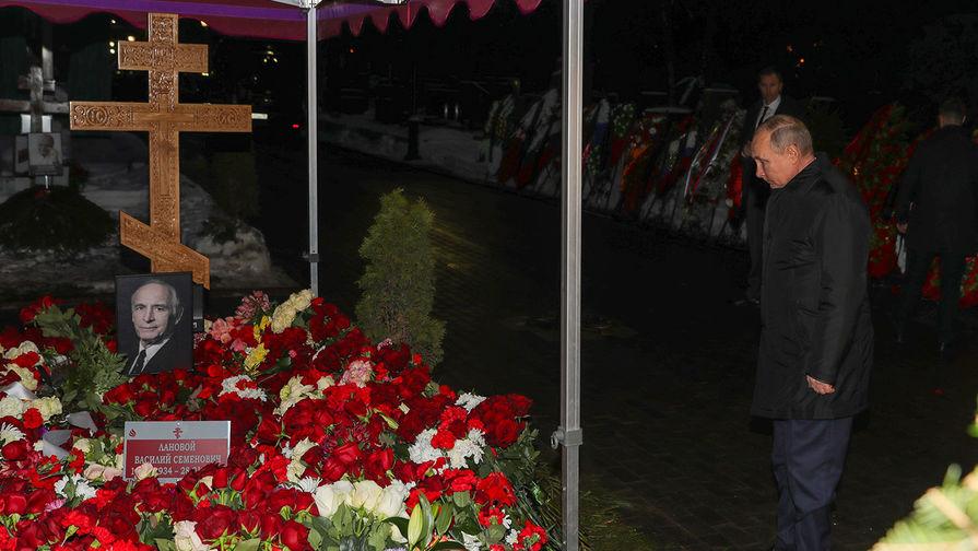 Президент России Владимир Путин во время возложения цветов к могиле актера Василия Ланового на Новодевичьем кладбище, 1 февраля 2021 года