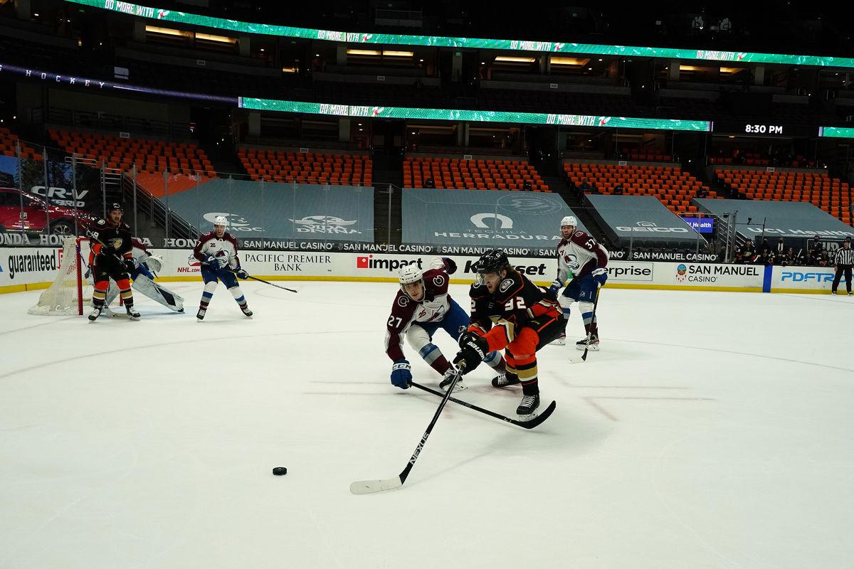Нападающий «Анахайм Дакс» Александр Волков в матче НХЛ