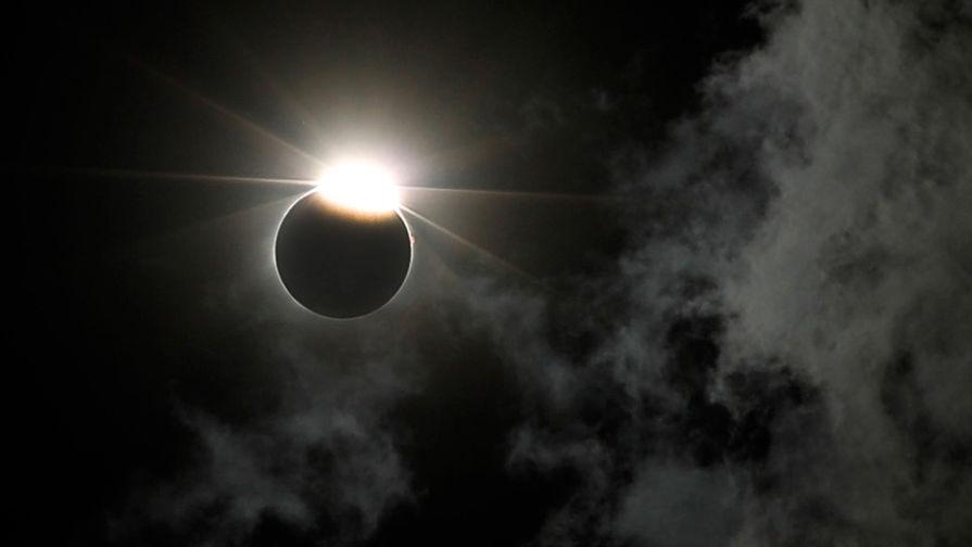 Затмение: Луна скрыла Солнце
