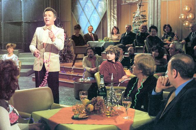 Певец Иосиф Кобзон во время выступления на новогодней телепередаче «Голубой огонек», 1980 год