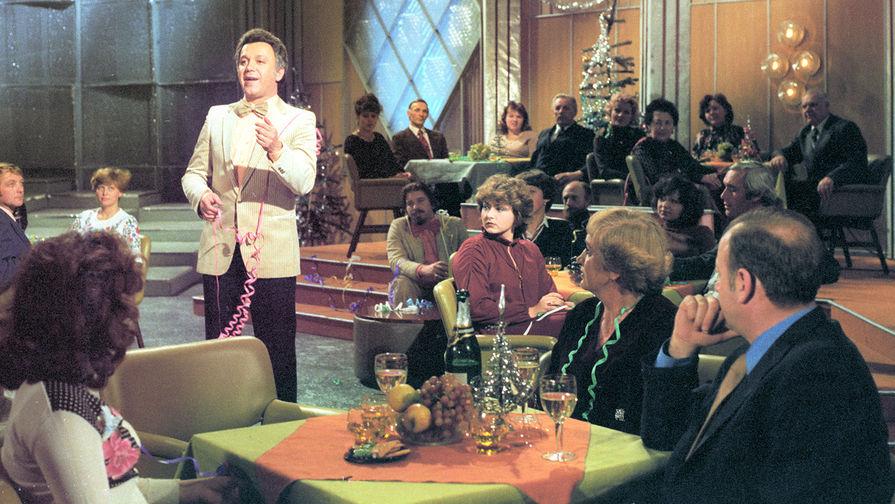 Певец Иосиф Кобзон во время выступления нановогодней телепередаче «Голубой огонек», 1980 год