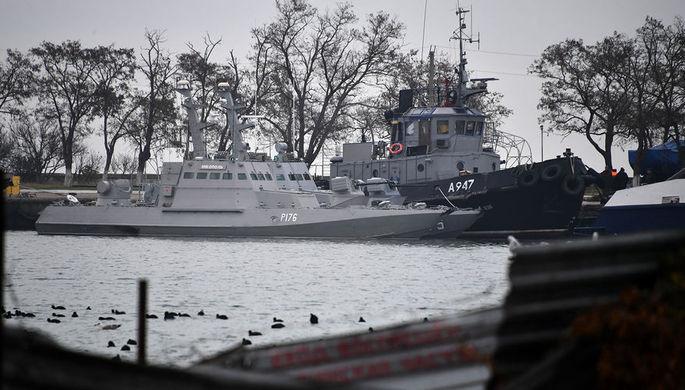 Малые бронированные артиллерийские катера «Никополь», «Бердянск» и рейдовый буксир «Яны Капу» ВМС Украины, задержанные пограничной службой ФСБ России, в порту Керчи, 26 ноября 2018 года