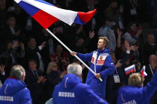 Сноубордист Дмитрий Логинов с флагом России во время церемонии открытия XXIX Всемирной зимней универсиады в Красноярске, 2 марта 2019 года