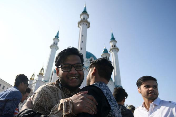 Мусульмане после намаза в день праздника Ураза-байрам у мечети Кул-Шариф в Казани, 4 июня 2019 года