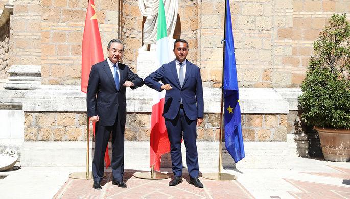 Глава МИД КНР Ван И и министр иностранных дел Италии Луиджи Ди Майо во время встречи в Риме, 25 августа 2020 года