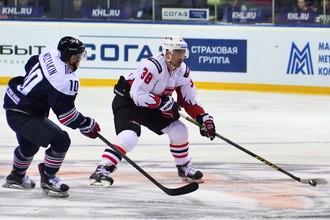 Сергей Мозякин (слева) успевалл не только создавать остроту впереди, но и мешать атаковать соперникам, как в этом эпизоде Илье Зубову