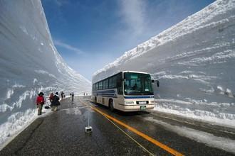 Расчищенная от снега дорога в Японии