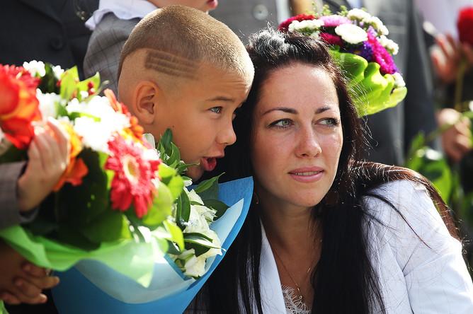 Ученик с мамой на торжественной линейке, посвященной Дню знаний, в школе №75 в Рязани