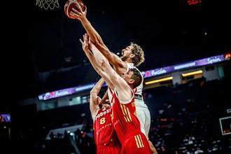 Баскетболисты сборной России защищаются против испанского игрока Пау Газоля